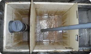 槽内の堆積物や油分を除去